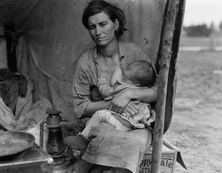 Florence Owens nursing her baby. Photo by Dorothea Lange (1936).